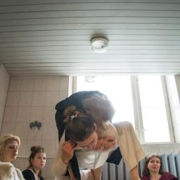 Võitlus 'Heleainese' viimaste etenduste piletitele Tartu Uue Teatri köögis / Fight for the last available tickets to 'Light matter' in the kitchen of Tartu Uus Teater